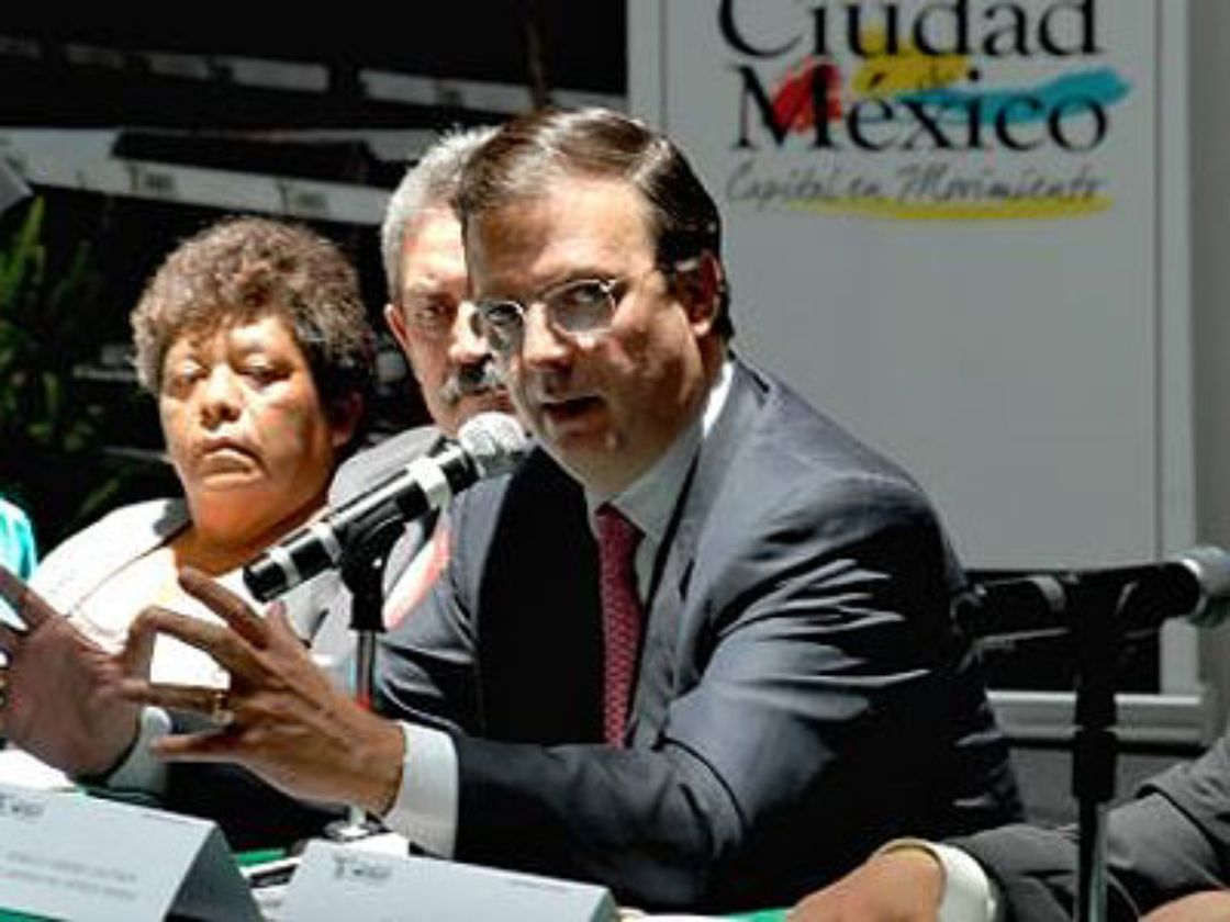 Ebrard ofrece $200 millones a UACM