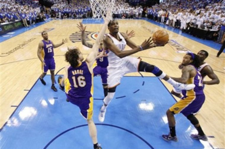 Thunder vence a Lakers en agónico final