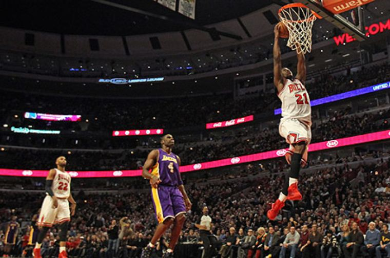 Toros doblegan a Lakers 95-83