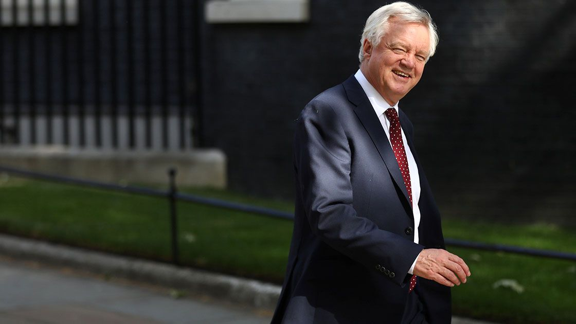 Renuncia David Davis; nueva crisis para May