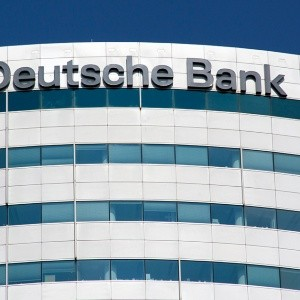 S&P mantiene calificación de Deutsche Bank en BBB+