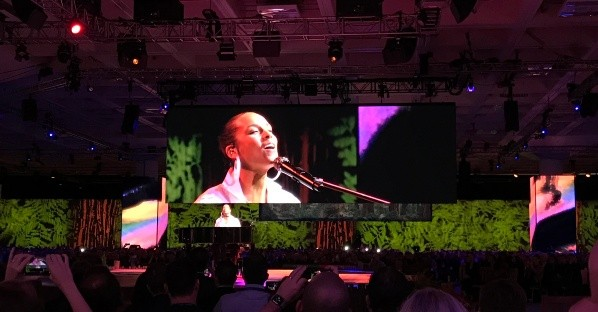 "La cantante Alicia Keys cantó ""Girl on Fire"" y ""If I Ain't Got You"" durante la inauguración de Dreamforce 2019 en San Francisco, California. Foto: JSG"